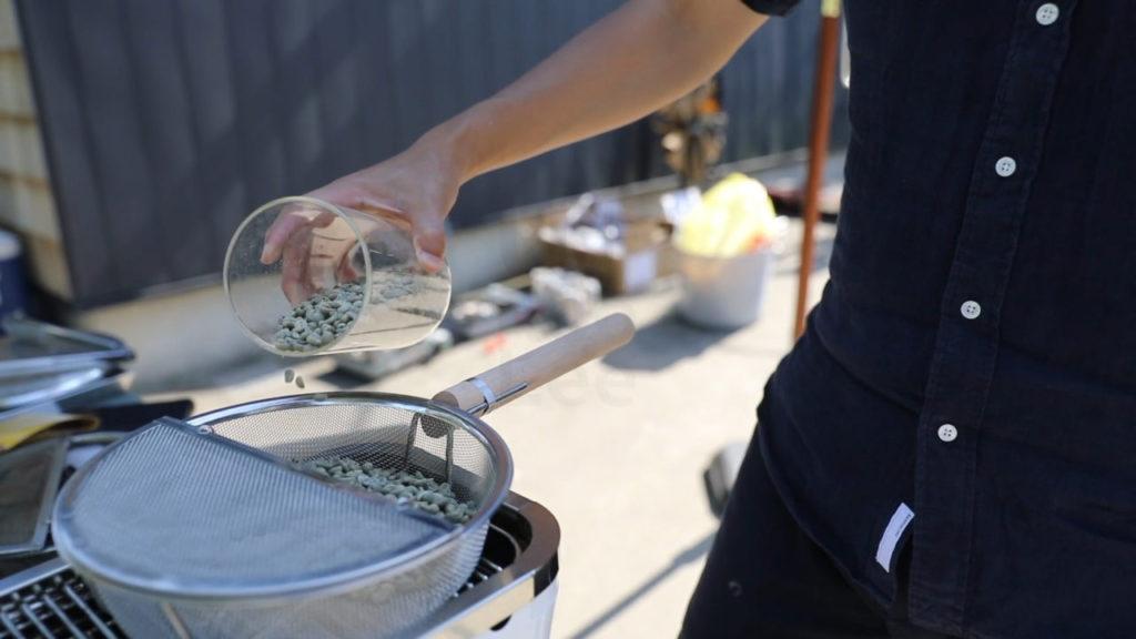 手網に生豆を投入する